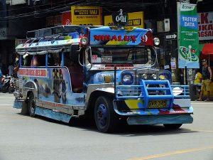 フィリピンのマニラで伝統的乗り物ジプニー